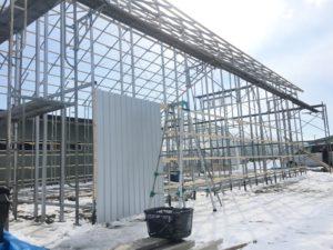 大型パイプ倉庫 側面板金施工中
